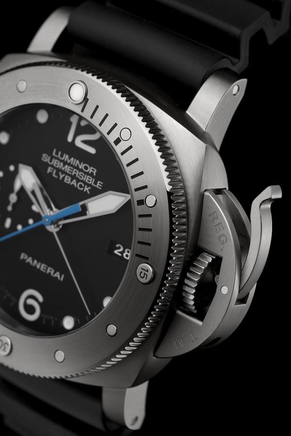 uminor Submersible 1950 47毫米3日動力儲存飛返計時自動專業潛水鈦金屬腕錶,經典的錶冠護橋裝置,設計取材自品牌於1956年為埃及海軍研製的型號,原設計採用單向旋轉錶框,以計算下潛時間。的錶殼來自
