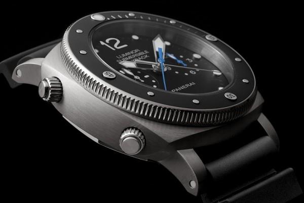 Luminor ubmersible 1950 的中止及啟動計時按鈕設於10 點鐘方位;而8點鐘方位的飛返按鈕則可將停止計時的指針瞬間歸零。