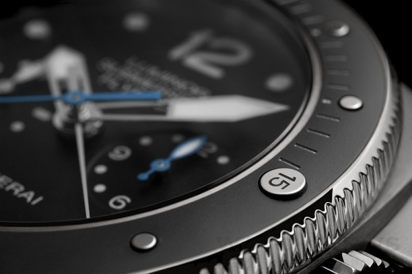 PAM00614備全磨砂鈦金屬錶框;PAM00615則配備啞光黑色陶瓷鈦金屬錶框,裝有鈦金屬直綫及圓點時標刻度。