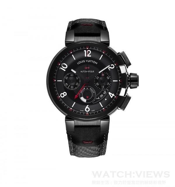 Tambour éVolution Chronographe GMT In Black (GMT兩地時間計時錶),錶殼直徑45毫米,錶殼、錶耳、錶冠環及錶冠經類鑽碳塗層處理,錶冠有不鏽鋼V字裝飾,黑色錶盤,鑲飾數字及時標,黑色小牛皮壓碳纖維紋理錶帶,LV 92自動上鍊機芯,上鍊擺鉈有鏤空LV標誌裝飾,計時、兩地時間顯示連日/夜顯示,日期顯示,42小時動力儲備,擺頻每小時28,800次,寶石26顆,防水深度100米,透明錶背。