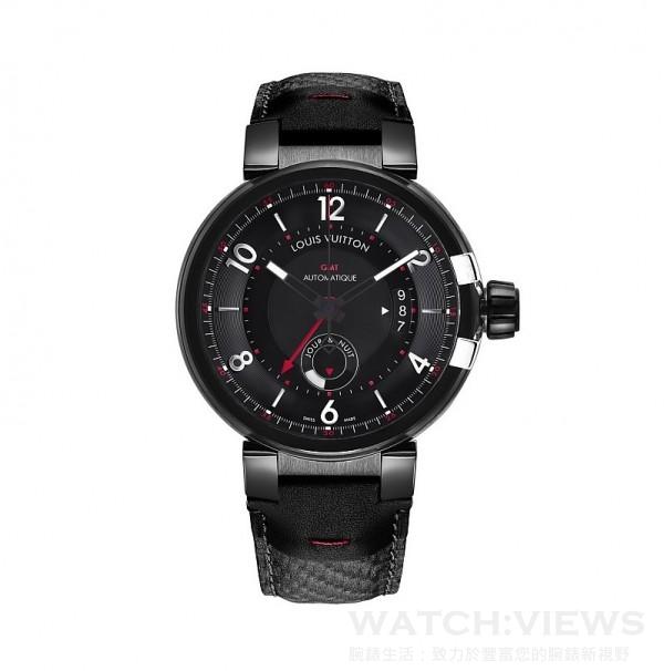 Tambour éVolution GMT In Black (GMT兩地時間腕錶),錶殼直徑43毫米,錶殼、錶耳、錶冠環及錶冠經類鑽碳塗層處理,錶冠有不鏽鋼V字裝飾,黑色錶盤,鑲飾數字及時標,黑色小牛皮壓碳纖維紋理錶帶,LV 71自動上鍊機芯,上鍊擺鉈有鏤空LV標誌裝飾,兩地時間顯示連日/夜顯示,日期顯示,42小時動力儲備,擺頻每小時28,800次,寶石25顆,防水深度100米,透明錶背。