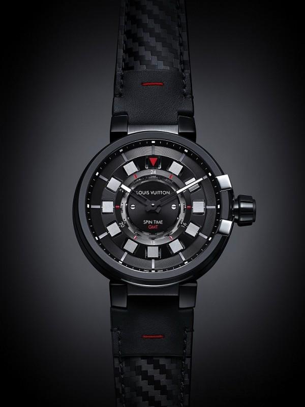 Tambour éVolution in Black 系列新作的不鏽鋼錶殼經過類鑽碳(DLC (Diamond Like Carbon))塗層及黑色MMC塗層處理,為時計披上輕巧兼抗磨損性能極佳的黑色外衣,再配上全新黑色小牛皮壓碳纖維紋理錶帶,添加幾分前衛筆觸。