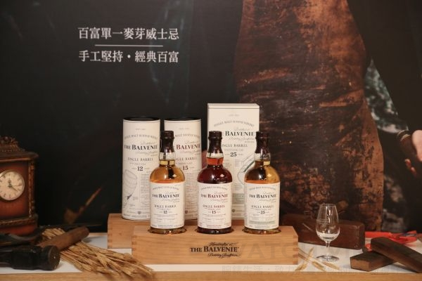 THE BALVENIE百富單一麥芽威士忌12年售價 2,300元、15年售價4,000元、25售價23,000元,酒精濃度都高達47.8%。