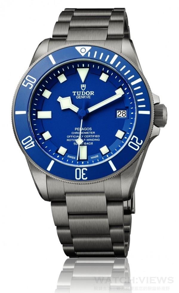 TUDOR Pelagos腕錶,磨砂鈦金屬一體成形中層錶殼,錶徑42毫米,不銹鋼旋入式底葢及上鏈錶冠, 9 點鐘位置設有排氦閥門,外圈鈦金屬單向旋轉 60 分鐘刻度外圈,啞藍色陶質字圈,白色夜光刻度,時、分、秒、日期,帝舵 MT5621自動上鏈機芯, 瑞士精密時計測試中心 (COSC) 天文台認證,動力儲能70小時,磨砂鈦金屬鍊帶,配帝舵表研發的專利延展裝置;日常佩戴時,此調校裝置可將錶帶每 2 毫米逐步延長,最長可達 4 毫米;潛水時,錶帶可以比平常額外延長 14 毫米,將摺疊起來的金屬片揭開,可額外再延長 25 毫米,隨錶附送黑色橡膠錶帶配鈦帶扣,防水500米。