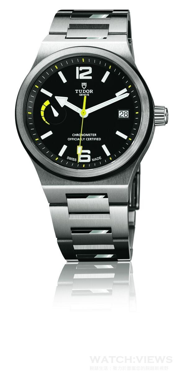 TUDOR North Flag腕錶,不銹鋼一體成形中層錶殼,錶徑40毫米,鋼及啞黑色陶質雙外圈,時、分、秒、日期、動力儲能顯示,帝舵 MT5621自動上鏈機芯, 瑞士精密時計測試中心 (COSC) 天文台認證,動力儲能70小時,後開式藍水晶底蓋及旋入式上鏈錶冠,316L 不鏽鋼鍊帶,黃色縫線,黃色皮底部,防水100米。