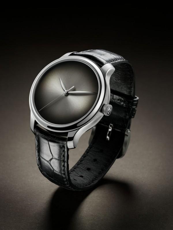 H. Moser & Cie. fumé錶盤概念錶,18K白金錶殼,直徑40.8毫米,厚度10.9毫米,具有標誌性意義的fumé錶盤,飾有太陽紋,小時和分鐘、中央秒針 、機芯側動力存儲指示器,自製HMC 343手上鍊機芯,手工縫製的黑色鱷魚皮錶帶。