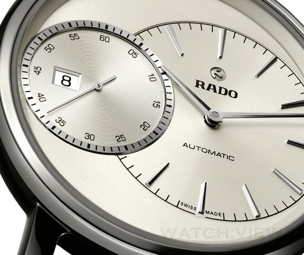 整體式高科技陶瓷錶殼的大型開放式錶盤上,兩個小錶盤相互重疊,一個顯示小時與分鐘,另一個顯示秒鐘。驚艷的單獨小秒盤帶有阿拉伯數字,以5秒鐘為間隔,而分鐘與小時錶盤則搭載纖細亮眼的刻度,提醒佩戴者時間的重要性。