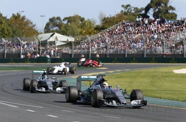 天才賽車手Hamilton與隊友Rosberg一度呈現拉鋸,僅以1.3秒差距分居澳洲賽事冠亞軍。