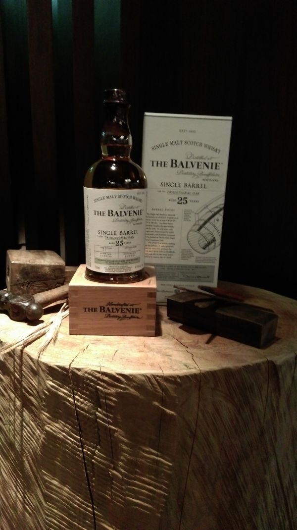 百富25年單一酒桶單一麥芽威士忌,以單一酒桶熟成方式完美打造,每個橡木桶只能裝出不到300瓶的單一酒桶威士忌。