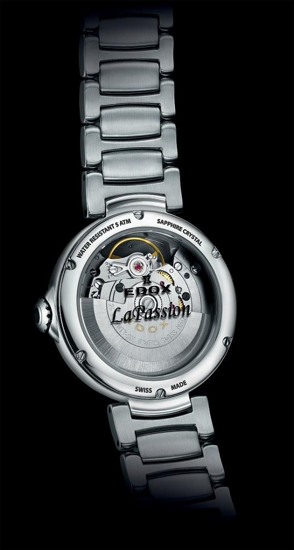透過透明底葢,可以欣賞到LaPassion 開心女錶所搭載的Edox 85機芯的運轉之美。