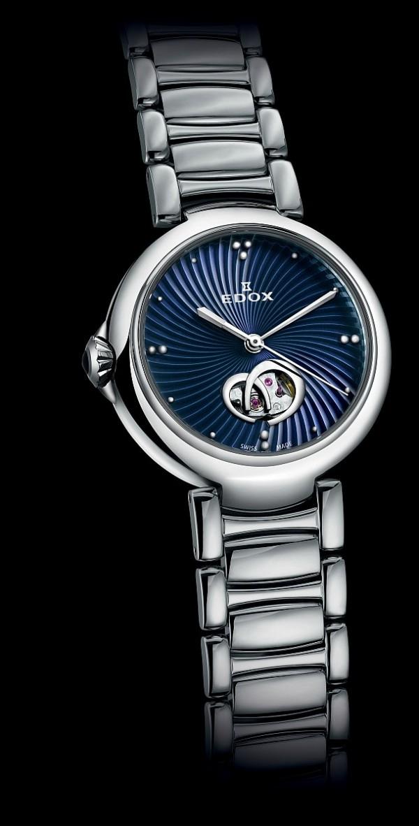 LaPassion 開心女錶,型號. 85025 3M BUIN,Edox 85機芯, 以 SW200 作基礎,不鏽鋼錶殼,錶徑33毫米,太陽紋、 開心馬蹄鐵光圈錶盤,透明後底蓋,防水50米,不鏽鋼鍊帶附 摺疊扣,建議售價NTD 46,800。