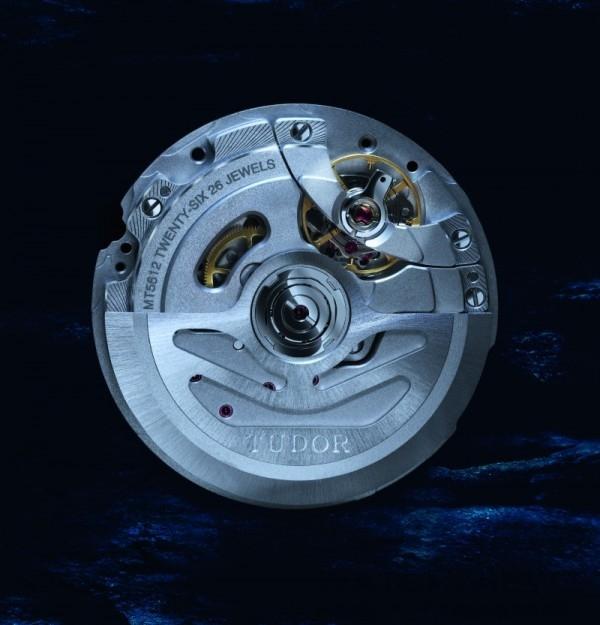 帝舵 MT5621自動上鏈機芯, 雙向擺鉈,瑞士精密時計測試中心 (COSC) 頒發瑞士天文台認證,快調瞬跳日曆、秒針暫停以準確調整時間,穩定平衡擺輪,微調螺絲,非磁性矽游絲,動力儲能70小時