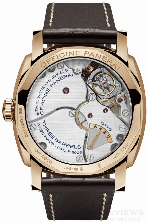 沛納海製作P.2005機芯之時,原本就已在機芯背面夾板上設置有六日儲能顯示,而當Radiomir 1940兩地時間陀飛輪腕錶用一片錶盤將陀飛輪從正面掩蓋住後,陀飛輪就和儲能顯示一起成為錶背最重要的風景了。