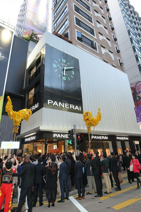 沛納海香港專門店與品牌佛羅倫斯歷史專門店、巴黎、邁阿密和紐約的專門店沿襲一脈,同樣都由出生於西班牙,在義大利讀書與工作的著名設計師Patricia Urquiola傾心設計。