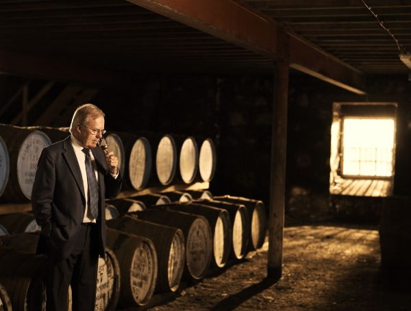 百富首席調酒大師David Stewart憑藉其卓越的嗅覺天賦及長達50年的製酒工藝,打造百富單一酒桶單一麥芽威士忌。