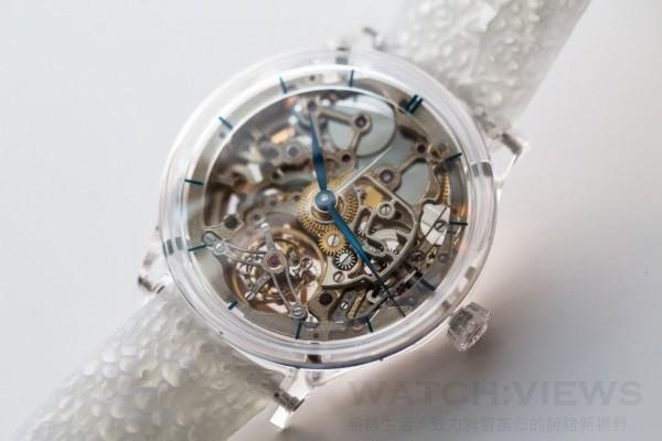 """Venturer Tourbillon Dual Time Sapphire Skeleton冒險者陀飛輪兩地時藍寶石鏤空腕錶,編號2803-1000,三件式藍寶石水晶玻璃錶殼,直徑41.5毫米,拱形藍寶石水晶玻璃錶鏡和透明藍寶石水晶玻璃錶後蓋,飾有""""M""""的螺旋式藍寶石水晶玻璃錶冠,小時和分鐘、不使用時可隱藏的第二時針、陀飛輪,午夜藍時標錶盤,凸緣錶圈,也是三件式藍寶石水晶玻璃錶殼的一部分,HMC 803自製自動上鍊鏤空機芯,22K紅金鏤空式擺輪,鐫刻H. Moser & Cie.標識,動力存儲最少3天,3D列印、結構複雜的橡膠錶帶,或手工縫製鱷魚皮錶帶。"""