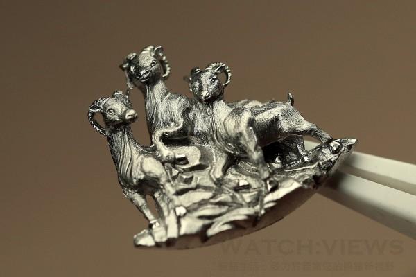 Petite Heure Minute Relief Goats羊年腕錶三隻栩栩如生的山羊挺立於山巔,寓示來年成功在握。