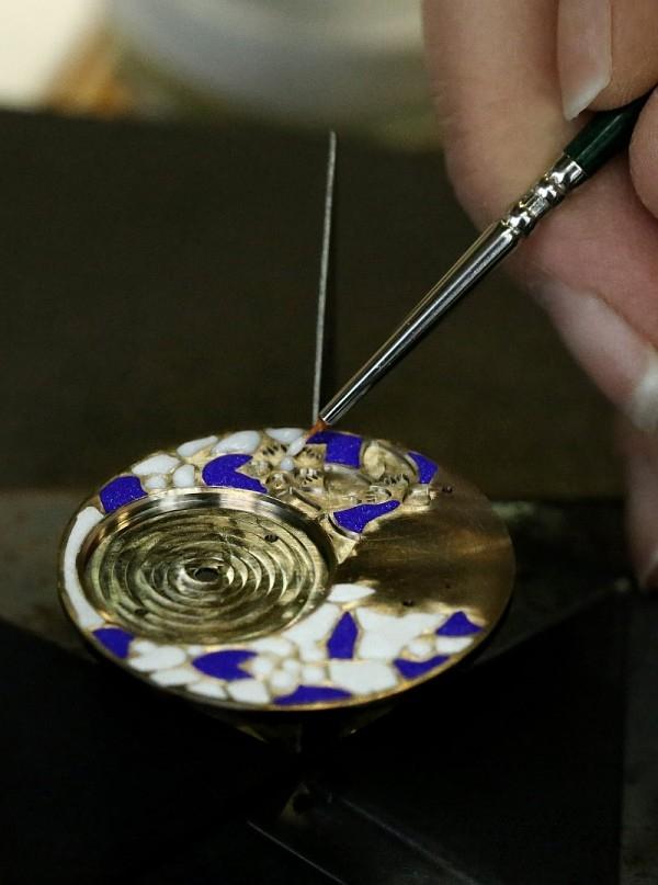 為了令梅花更為動人,品牌藝術工坊特別採用難度極高的內填琺瑯(champlevé)工藝,從而打造出美妙絕倫的精緻效果:工匠大師對金屬進行鏨刻,並在凹槽中填入琺瑯,再手工拋光處理。