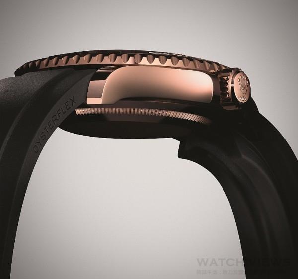 Yacht-Master Ref.116655配備全新Oysterflex錶帶,由高性能合成橡膠包覆彈性金屬片並搭配蠔式保險摺扣,此錶帶由勞力士研發並取得專利,可替代金屬錶帶的運動型設計,其堅固可靠及防水性能更不比前者遜色。