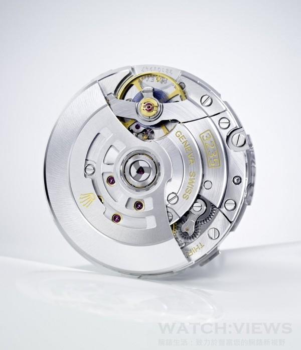 Cal.3235自動上鍊機芯,頻率28,800 次/小時(4 赫茲),順磁性藍色Parachrom 游絲,寶璣末圈,穩定平衡擺輪,四顆金微調螺母,能精確調校時間,擺輪夾板,高性能Paraflex 緩震裝置,高效能Chronergy 擒縱裝置,順磁性鎳磷合金擒縱叉與擒縱輪,31 顆紅寶石,動力儲備約70小時。
