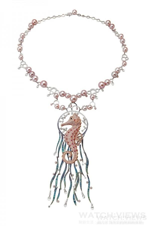 蕭邦動物世界系列- 海馬項鍊,18K白金與玫瑰金項鍊,鑲嵌粉紅色彩鑽、藍紫色彩寶與紫粉色真珠,型號: 817722-9001,售價NT$20,416,000。