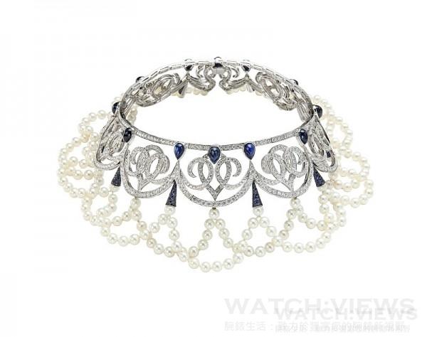 蕭邦紅毯系列頂級訂製垂墜頸鍊,獨特設計的18K白金垂墜式珍珠頸鍊鑲嵌32.88克拉鑽石與總重33.67克拉藍寶石,型號 815961-1001,售價NT$16,282,000。