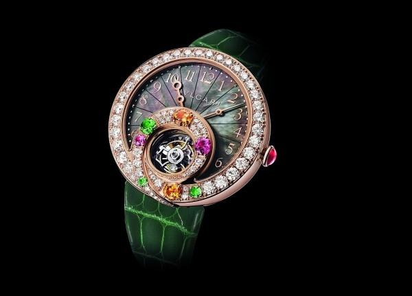 BVLGARI Berries 甜莓果時針逆跳陀飛輪腕錶,錶徑40mm,玫瑰金錶殼,錶背鐫刻限量編號,防水深度達 30 米,錶圈鑲嵌共 63 顆明亮式切割鑽石 (重約 3.41 克拉) ,與7顆彩寶:2顆明亮式切割祖母綠 (重約 0.18 克拉) 、1顆明亮型切割粉紅藍寶石 (重約 0.42 克拉) 、2顆明亮式切割亮橙黃色石榴石、1顆沙佛萊石、1顆粉紅碧璽,玫瑰金錶冠,鑲嵌蛋面切割紅寶石 (重約 0.39 克拉),錶盤鑲嵌黑色珍珠母貝,寶格麗BVL 313自動上鍊機械機芯,陀飛輪裝置與 240 度逆跳時針功能,22K金自動盤,鑲嵌 13 顆明亮切割碎鑽 (約 0.03 克拉),振頻每小時21,600次(3Hz),64小時動力儲存,綠色鱷魚皮錶帶,搭配玫瑰金三折式錶扣,鑲嵌共28 顆明亮式切割碎鑽 (重約0.28 克拉)。
