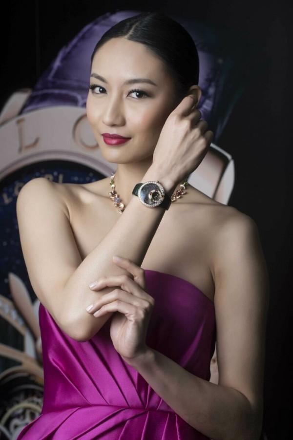 名模邱馨慧佩戴寶格麗Berries甜莓果時針逆跳陀飛輪腕錶與Diva系列頂級珠寶