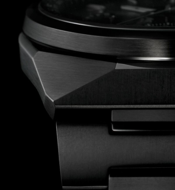 F900配備經Duratect MRK+DLC或+α處理的鈦金屬錶殼與鍊帶。