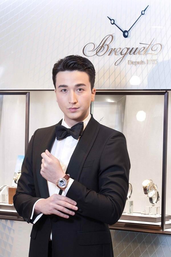 凱渥名模羅素佩戴Breguet寶璣 Classique世界時區腕錶。