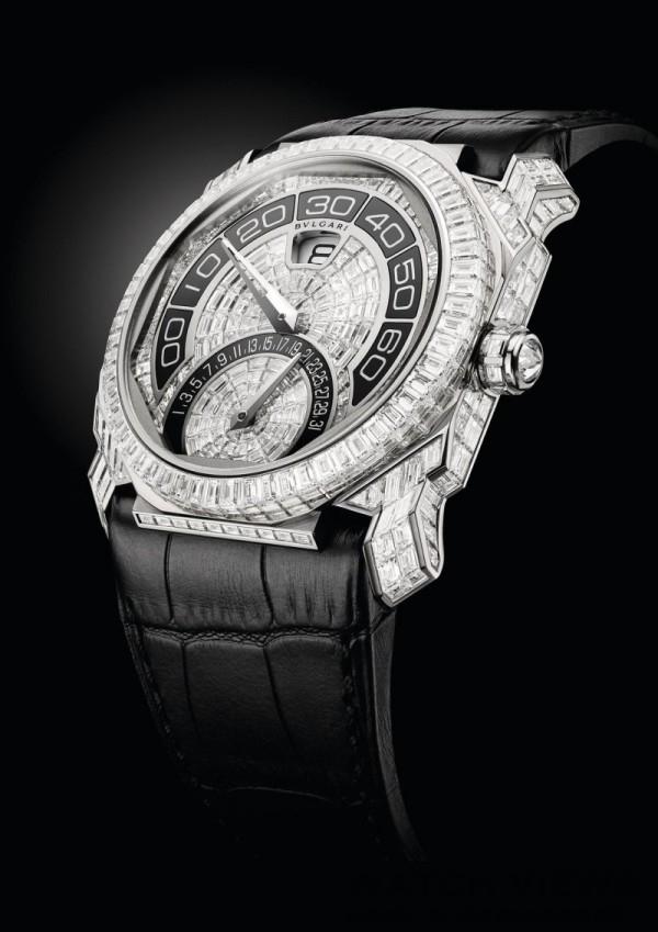 BVLGARI OCTO雙逆跳全鑽腕錶,錶徑43mm,白金錶殼;錶殼以隱形鑲嵌法鑲飾方形切割鑽石;白金旋入式錶冠鑲有單顆特別切工鑽石;防水100公尺,錶盤以隱形鑲嵌法鑲飾方形切割鑽石,分鐘及日期指示區域以黑色陶瓷薄片細鑲而成,寶格麗GG 7722自動上鍊機械機芯,完全由寶格麗設計、開發並製造,振頻每小時28,800次(4Hz),約45小時動力儲存,12 點鐘位置視窗小時跳時顯示,280度雙逆跳分鐘指針及180度逆跳日期指針,黑色鱷魚皮錶帶,白金摺疊錶扣鑲嵌共35顆鑽石(總重約1.24克拉),參考售價約新台幣18,800,000。