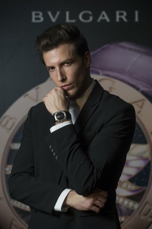 男模佩戴寶格麗Octo Finissimo超薄陀飛輪腕錶