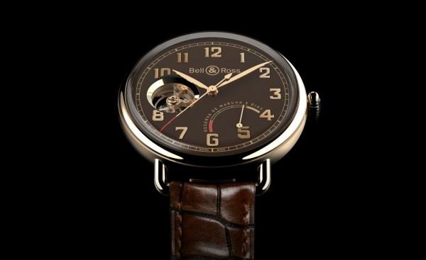 Vintage WW1 Edición Limitada 腕錶,18K 赤金 (5N)錶殼,錶徑42毫米,棕色錶盤,小時,分鐘,秒鐘、5 點位置的動力存儲指示器,BR-CAL.202手上鍊機芯,雙發條盒,5天動力存儲,帶有日內瓦波紋的倒角打磨板橋,位於平衡擺輪中央,藍鋼螺釘,藍寶石水晶玻璃鏡面及後底蓋,防水50 米,棕色鱷魚皮錶帶,建議售價NTD786,660。
