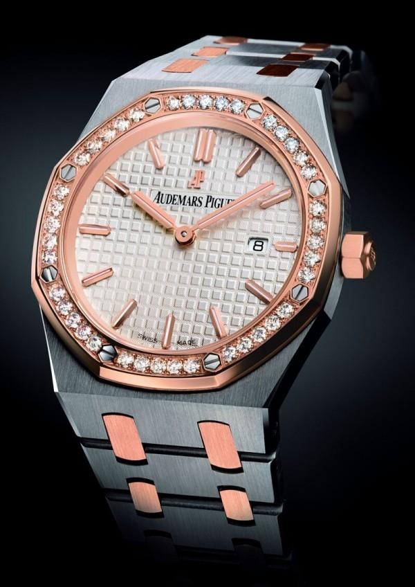 皇家橡樹女裝雙色腕錶,不鏽鋼錶殼,18K 玫瑰金鑲鑽環圈,18K 玫瑰金錶冠和鍊節,錶徑33 毫米,時、分、秒、日期,銀色錶面鐫刻「Grande Tapisserie」大型格紋裝飾,2713 石英機芯,不鏽鋼與玫瑰金鍊帶。