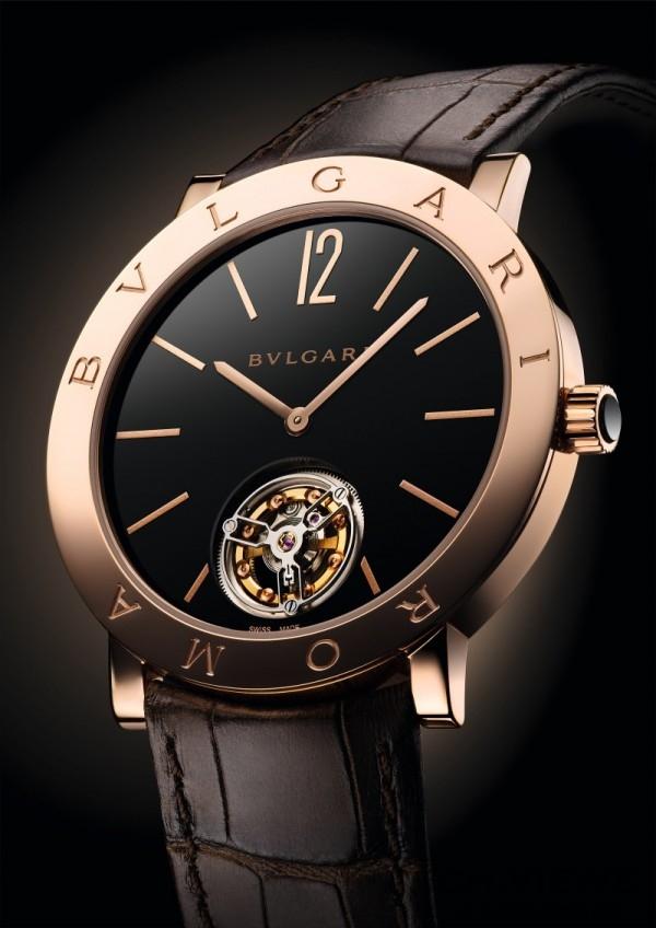 Roma Finissimo超薄陀飛輪腕錶,玫瑰金錶殼,錶徑41mm,總錶體厚度 5.15mm,透明藍寶石水晶錶背,防水深度達 30 米,玫瑰金錶冠鑲飾黑色陶瓷,拋光黑色漆面錶盤,面盤下方鏤空設計可一覽陀飛輪機制,寶格麗自製BVL 268 Finissimo超薄陀飛輪手動上鍊機械機芯,搭載一分鐘飛行陀飛輪,機芯直徑32.60mm,厚度1.95mm為目前世界紀錄最薄陀飛輪,錶體總厚度僅5mm,棕色鱷魚皮錶帶,參考售價約新台幣3,828,000元。