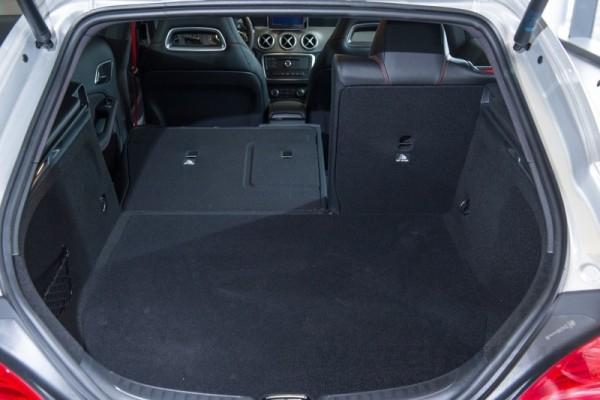 全車系標配四六分離傾倒後座椅背讓行李廂容積有495L ~ 1,354L彈性變化
