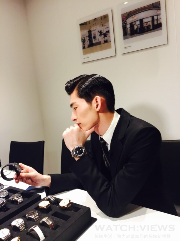 張翰於新品展示廳挑選腕錶,對於每款新品都眷戀不已。