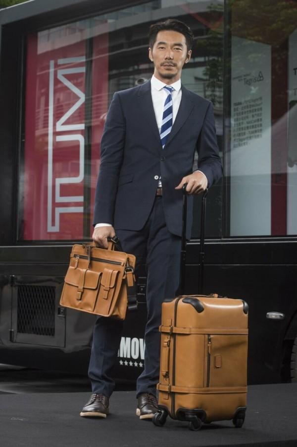 李李仁展示TUMI 公事包- NTD 38,400、20吋登機行李箱- NTD 86,000