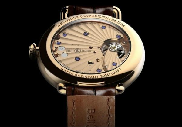 Vintage WW1 Edición Limitada 腕錶搭載BR-CAL.202手上鍊機芯,備有雙發條盒,5天動力存儲,帶有日內瓦波紋的倒角打磨板橋,位於平衡擺輪中央,藍鋼螺釘。