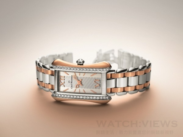 雅麗嘉TwoTone腕錶,精鋼配18K玫瑰金錶殼,直徑26.5毫米,鑲38顆FC TW vvs 美鑽(0.6 克拉),小時,分鐘,CFB 1850石英機芯,抗折射弧形藍寶石水晶鏡面,藍寶石水晶錶背,防水深度30米,精鋼配18K玫瑰金錶帶,精鋼摺疊扣,建議售價NTD320,000元。