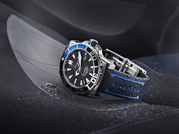 Patravi ScubaTec 潛水腕錶,不鏽鋼錶殼,搭配黑、藍雙色陶瓷環,錶徑44.6 毫米,時、分、秒、日期,自動排氦閥,CFB 1950.1 自動上鍊機芯,C.O.S.C. 瑞士官方天文台認證,防水500 米,搭配相同材質鍊帶或橡膠錶帶。