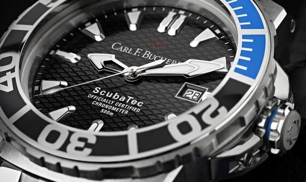 單向旋轉錶圈上的雙色陶瓷刻度環,特別採用高彩度的藍色來標示前15 分鐘的刻度,更容易區別以及強調潛水活動所必須預留的減壓時間。