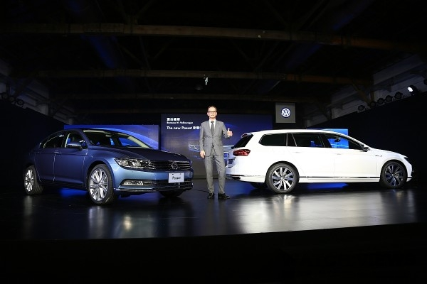 Volkswagen Group Taiwan總裁霍班德(Bernd Hoffmann)與the new Passat(左)及the new Passat Variant(右)合影
