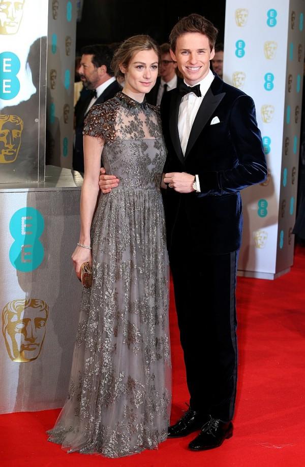 英國男星艾迪瑞德曼Eddie Redmayne今年二月以《愛的萬物論The Theory of Everything》榮獲英國電影學院獎(BAFTA)最佳男主角,當天配戴蕭邦Classic Manufacture系列玫瑰金男性腕錶 ,右為其夫人Hannah Bagshawe。