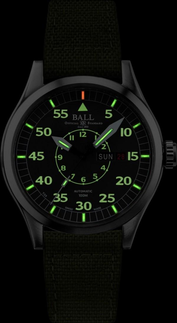 BALL客製化警察節紀念錶款的錶面和指針共鑲有15支自體發光微型氣燈,十分適合警務人員在夜間開車和執行勤務時易於時間辨讀。