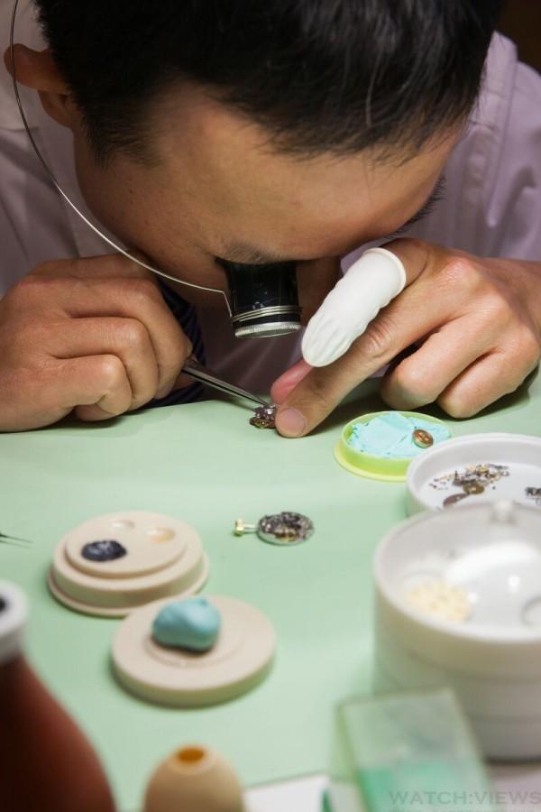 售後服務之中的維修服務,也是錶店業務中相當重要的一環。針對此次改裝,時美齋特別打造了獨立的維修工作中心。透過大片的落地玻璃窗,可看到修錶師傅聚精會神地組裝、拆卸微小的機芯零組件。