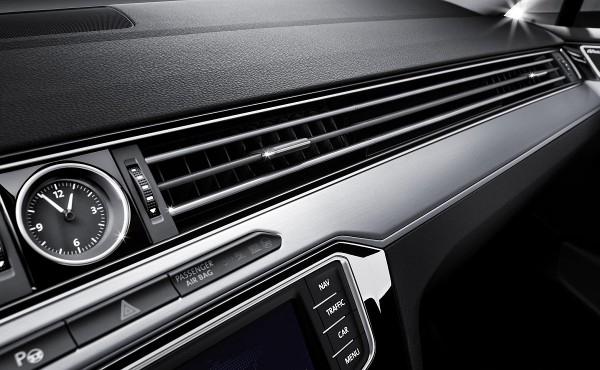 環艙式設計在連貫左、兩側冷氣出風口的水平鍍鉻飾條