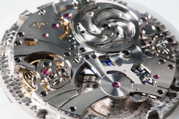 此自動機芯配備鉑金微型擺輪,只佔用極少空間。除了精緻的螺旋紋理梵克雅寶經典橋板,還可見呼應錶盤蜂巢紋理的藍色亮漆加工擺輪。
