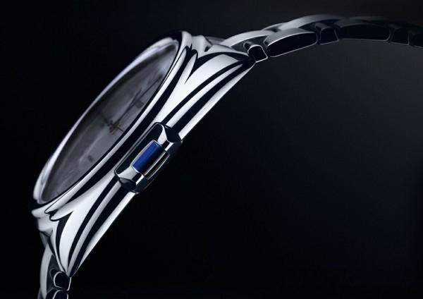 呈長方形的錶冠看起來就像是鑰匙的末端,並按照卡地亞的傳統,在末端嵌入一枚凸形藍寶石,卡地亞在此採用了特別的鑲嵌方式使藍寶石與錶冠金屬部分完全切齊。