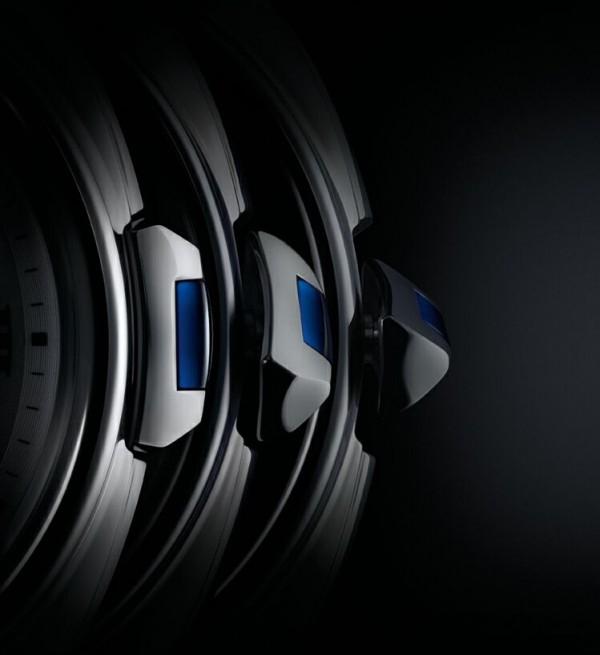利用錶冠可以進行上鍊以及調校時間的操作與 一般腕錶相同,不過在這只腕錶上又多了如同 鑰匙般的手感,段段分明的手感相當令人驚喜。